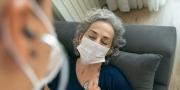 Een vrouw wordt onderzocht door arts